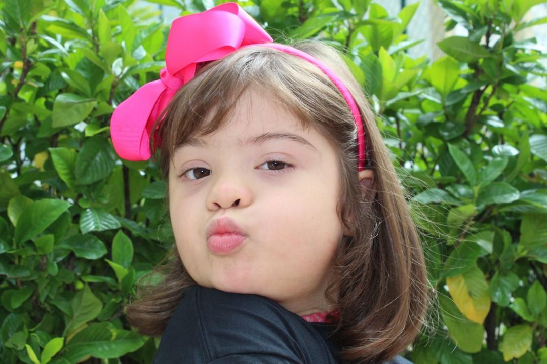 Menina de 8 anos lança moda inclusiva